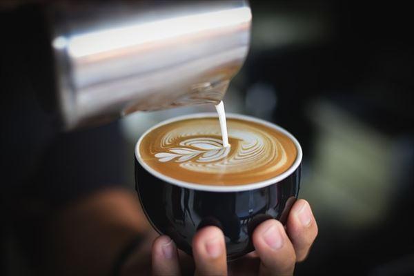 ニュージーランドのカフェでコーヒー