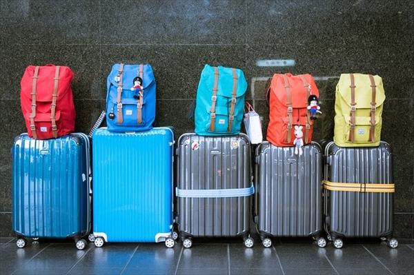 空港で荷物の検査