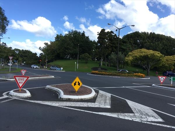 ギブウェイとラウンドアバウトの交通ルール