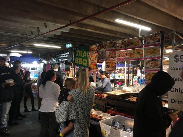 ナイトマーケットでは食べ物も物販も色々
