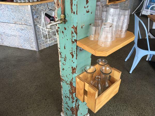 カフェの真ん中の柱にタップウォーター
