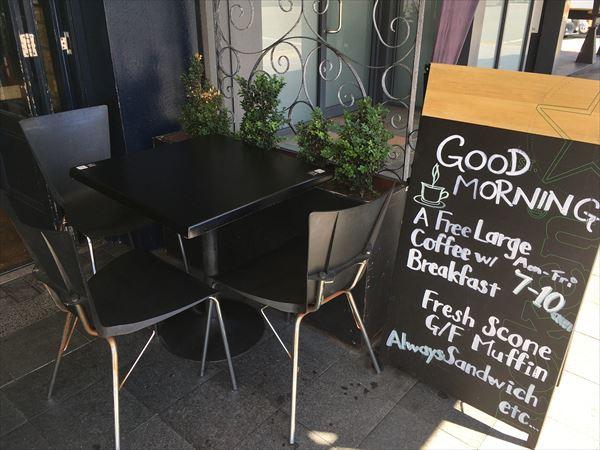カフェの外席は明るい
