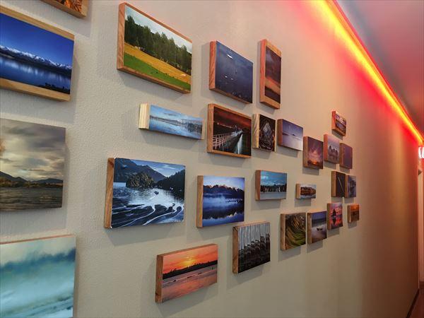 カフェの壁には沢山の写真